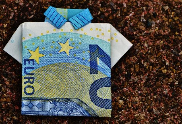 1d477ac8a891 Η συμπλήρωση δεκαοκτώ ετών για την Ελλάδα και είκοσι ετών από την 1η  Ιανουαρίου 1999 όταν το ευρώ έγινε το νόμισμα περισσότερων από 300  εκατομμύρια ανθρώπων ...